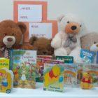 """25 listopada swoje święto obchodzi przyjaciel dzieci, najmilsza zabawka – Pluszowy Miś.Taki uroczy Miś, po to misiem jest, żeby było kogo tulić. Nasze misie, miśki, misiaczki – """"odwiedziły"""" bibliotekę dziecięcą […]"""