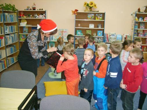 Mikołajki z Mikołajem – w tym niezwykłym dniu czytelnicy odwiedzający oddział dziecięcy biblioteki filii nr 1 otrzymali symbolicznego cukierka z wizerunkiem Mikołaja, natomiast w dniu 19 grudnia 2012 r wspólnie […]