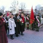 """11 listopada 2006 w rocznicę Odzyskania Niepodległości przez Polskę złożono wiązankę pod pomnikiem """"Bojowników o wolność"""" przy ul. Legionów"""
