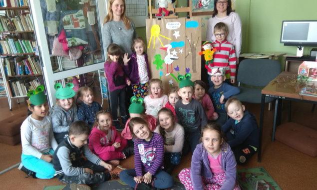 """W dniu 22 marca w bibliotece dla dzieci przy ul. Towarowej odbyły się wiosenne zajęcia pt. """" Budzimy wiosnę"""", w których uczestniczyły dzieci z Przedszkole nr 10 z wychowawcą p. […]"""