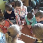 """W dniach 19 i 20 kwietnia 2018 r. w Oddziale dla dzieci przy ul. Towarowej odbyły się kolejne zajęcia z cyklu """"Świat baśni Andersena"""". Uczestniczyli w nich uczniowie klas trzecich […]"""