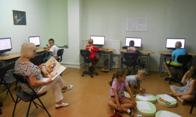 Podczas piątkowych spotkań w Czytelni Internetowej cieszącej się dużym powodzeniem wśród dzieci, mogących w okresie półgodzinnym korzystać z gier edukacyjnych przy dziesięciu stanowiskach komputerowych udostępniano tekst czytany z możliwością rysowania […]
