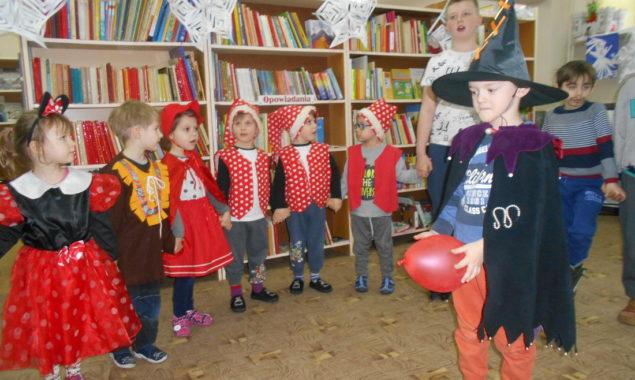 Biblioteka za sprawą naszych czytelników podczas feryjnych zajęć zamieniała się stopniowo w zimową krainę. Chłopcy w oczekiwaniu na niezwykłych bajkowych gości dekorowali salę balonami, tworzyli gwiazdki śniegowe, bałwanki i inne […]