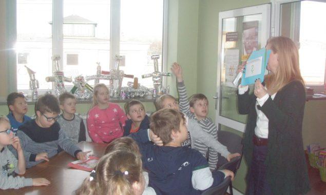 """Na zajęciach edukacyjnych """"Każde dziecko prawo ma…"""", które odbywały się w bibliotece przy ul. Towarowej uczestniczyli również uczniowie z klas trzecich Szkoły Podstawowej nr 1 z wychowawcami p. Anną Detką […]"""