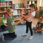 """""""Teatralne zmagania"""" w każdy wtorek o godz. 13 przyciągają małych aktorów lubiących swobodną interpretację tekstow z wykorzystaniem rekwizytów. W wierszu """"Spóźniony słowik"""" Juliana Tuwima, dzieci pokazują tekst, uczą się na […]"""