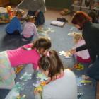 """Dnia 25 października br w piątek o godz 16-ej w bibliotece na ul. Sokolej podczas cyklicznego spotkania najmłodsi czytelnicy bawili się z udziałem rodziców układając puzzle, rysując i słuchając """"Kubusiowch […]"""