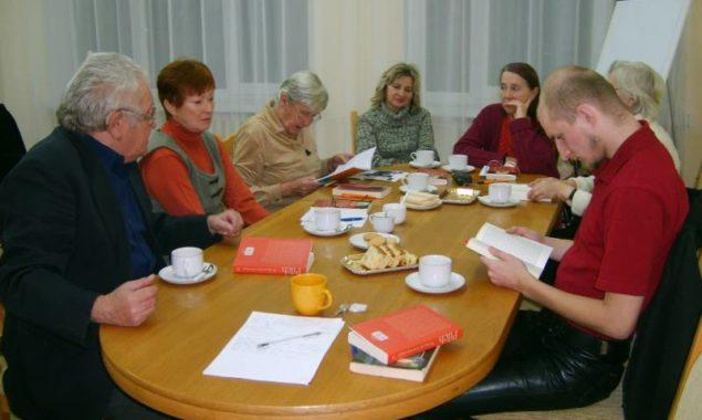 """20 listopada odbyło się kolejne spotkanie DKK , wzięło w nim udział 8 osób. Omawiano książkę Jerzego Pilcha """"Pociąg do życia wiecznego"""", jest to zbiór felietonów drukowanych w """"Polityce"""" […]"""