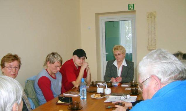 """11 września odbyło się kolejne spotkanie Dyskusyjnego Klubu Książki, wzięło w nim udział 10 osób. Omawiano najnowszą książkę Hanny Krall """"Król kier znów na wylocie"""".Są to nieprawdopodobne choć prawdziwe […]"""