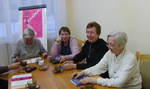 """17 lutego odbyło się spotkanie DKK w Skarżysku-Kamiennej, uczestniczyło w nim 10 osób. Przedmiotem dyskusji była książka Joanny Lustyk """"Gwiazdy w ogrodzie"""". Artysta malarz – jeden z bohaterów powieści wynajmuje […]"""