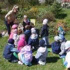 """""""Minutka z bajką""""- tym razem było to czytanie dzieciom w plenerze książki pt """"Wielkanocna niespodzianka """" E. Nyiro. Spotkanie odbyło się 20 kwietnia 2011 r. z dziećmi z Przedszkola nr […]"""