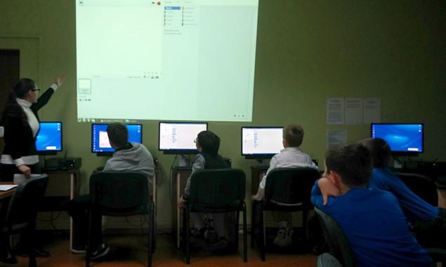 """Dnia 10.11.2015 w bibliotece przy ul. Towarowej 20 odbyło się drugie spotkanie z serii """"Kodowanie w Bibliotece"""". Podczas zajęć uczestnicy wykonali dwa projekty: akwarium i tor wyścigowy (efekty ich prac […]"""