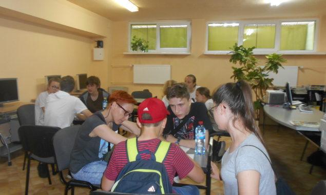 10 maja odbyła się Powiatowa Gra Czytelnicza zorganizowana przez Bibliotekę Pedagogiczną w Skarżysku-Kamiennej. Zadaniem uczestników gry było m.in. odnalezienie punktów kontrolnych usytuowanych w różnych miejscach w mieście. Jeden z punktów […]