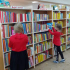 """""""Sezamkowy zakątek""""– to zajęcia cykliczne odbywające się raz w miesiącu, które łączą głośne czytanie z zabawą. Na zajęciach 14 lutego 2020 r. bibliotekarz prowadził zabawy integracyjne i słowne dla dzieci […]"""